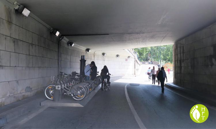 Velib Bike sharing system station unter pont dArcole